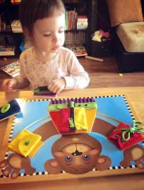 Melissa &Doug Basic Skills Board: Plein de petites pièces de puzzle qui constituent les vêtements de l'ours, sur lesquelles on retrouve des petits défis de la vie: fermeture éclair, laçage, ceinture, bouton, bouton pression, sangle qui « clip ». Motricité fine, logique, patience et vie pratique = yay!