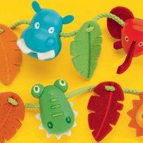 Billes à lacer de Djeco: Plein d'animaux, de feuilles et de fleurs à lacer. Bien fait, coloré! Mini Puce adore faire plein de longs colliers, tout défaire et recommencer.