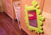 Miroir indestructible BANSLIG (j'aime IKEA): Miroir en plastique (mais pas déformant) au contour en mousse, il se traîne partout et s'accroche (gugus à l'endos). On peut dessiner dessus et le laver, explorer les réflexions avec des blocs de bois, les détails de jouets, ou juste faire des grimaces et des coucous!