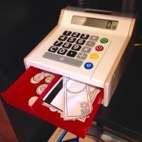 Caisse enregistreuse DUKTIG (devinez d'où ça vient!): P'tite caisse bien simple, qui ne fait PAS DE BRUIT. Argent en papier sur lequel on peut dessiner (scannez les feuilles fournies avant de les découper, vous pourrez en refaire plein après!). Vraie calculatrice, boutons argent comptant ou carte (carte de crédit en papier, oui oui!).