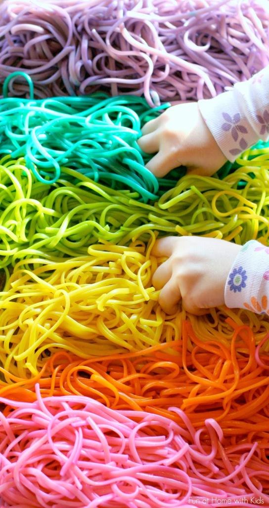 Activité sensorielle: les deux mains dans l'spaghetti coloré!