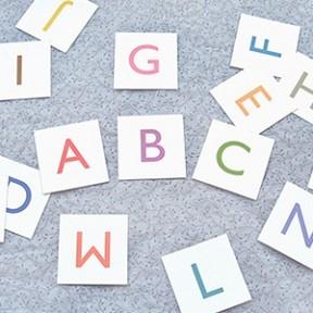 Cartes d'alphabet. Sur le blog y'a plusieurs options (en noir, en minuscules...). Toujours sur www.mrprintables.com
