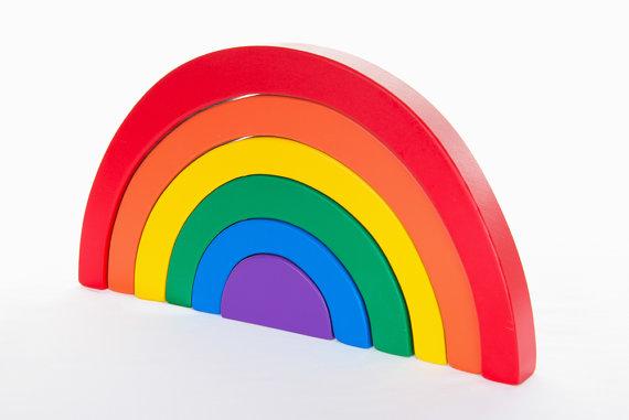 Arc-en-ciel en bois pour pratiquer l'équilibre, placer du plus grand au plus petit, les couleurs, faire des formes.
