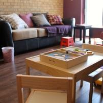 Table de jeu à sa hauteur, et derrière, petit banc pour monter sur le divan en attendant que Mini Puce soit assez grande.