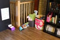 Coin jeu dans le salon où elle a son cube dans notre bibliothèque, des cartes de nomenclature, toutous et jouets divers...