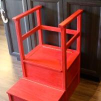 Marche-pied fabriqué par Grand-Papa Puce pour avoir accès au comptoir lorsqu'on cuisine...