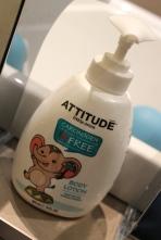 La lotion pour le corps ATTITUDE, toujours au nectar de poire. Mini Puce adore savoir qu'en sortant du bain elle pourra s'en mettre partout: la pompe est facile pour les petites mains.