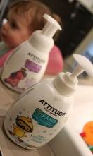 La mousse pour le bain au nectar de poire de ATTITUDE qui fait une très belle mousse et sent TELLEMENT bon.