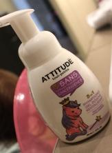 Le shampooing avec un petit poney rose dessus qui plait bien à ma fille, ce qui rend le lavage de cheveux un peu moins désagréable!