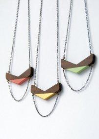 J'adore ces colliers de bois aux formes géométriques et aux jolies couleurs