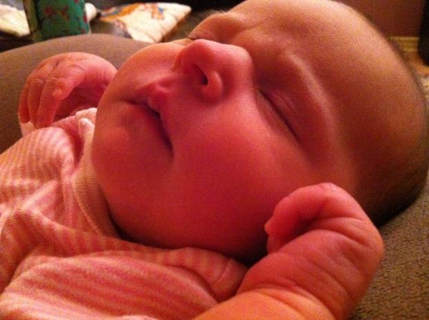 Mini Puce qui dort, saoule de lait