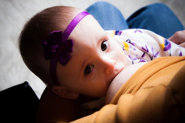 Mini Puce, contente d'être allaitée devant un objectif! Crédit photo: Moments Infinis