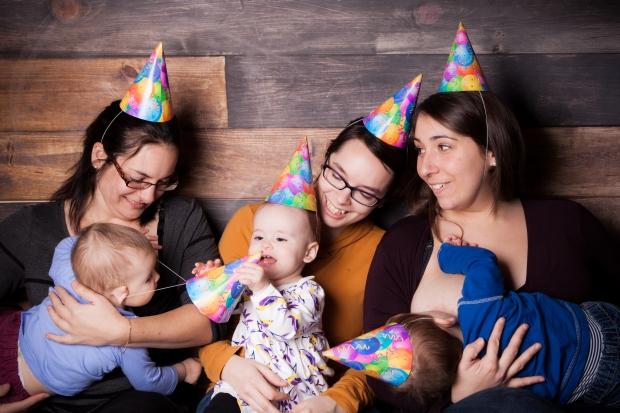 Maman Puce et Mini Puce avec les Amis Puce, allaités incroyablement longtemps! Crédit photo: Moments Infinis