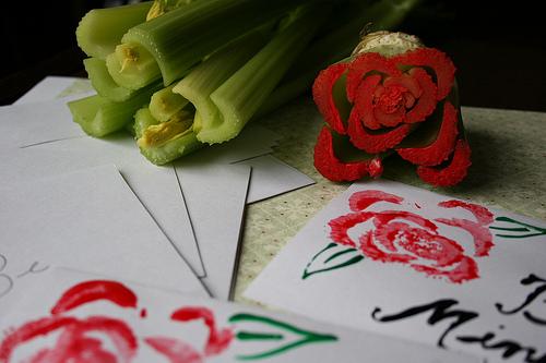 Trop ingénieur pour faire faire des roses à vos Minis! Sans oublier les patates/pommes que vous pouvez découper dans toutes sortes de formes pour faire un joli collage :)