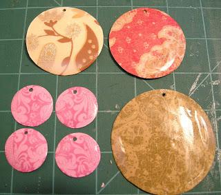 Avec un peu de supervision, ça peut faire un cadeau très chouette! Ici c'est fait avec du papier de scrapbook, mais Mini peut dessiner un coeur, faire plein de cercles pour faire une chaîne, faire un gros dessin puis découper les cercles par la suite...